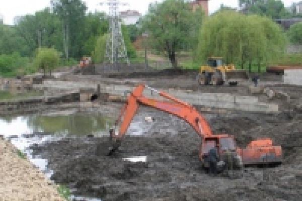 Экскаватор утонул в грязи