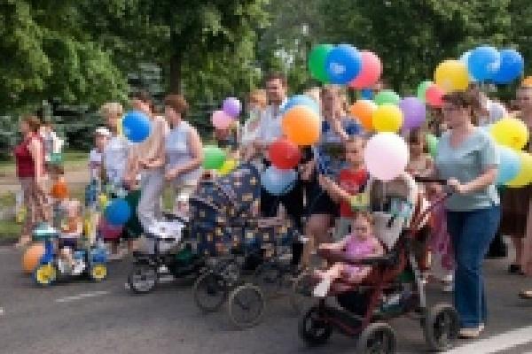 По главной улице с оркестром и колясками
