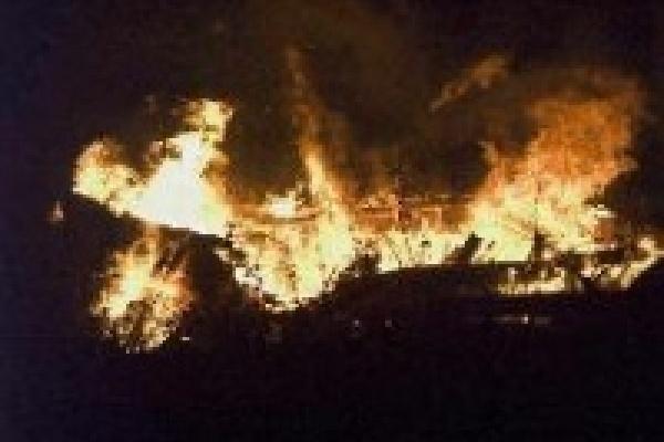 Дома соседей спасли от огня