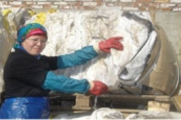 Женщин заставляли таскать мешки с мукой