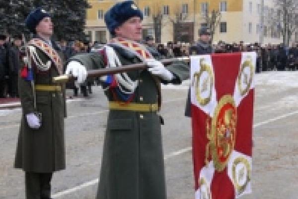 Липецкий полк внутренних войск получил боевое знамя на Соборной площади Липецка
