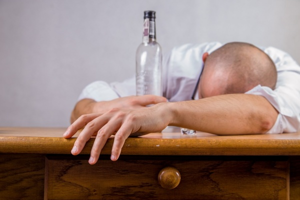 Липецкий депутат совершил контрольную закупку контрафактного алкоголя