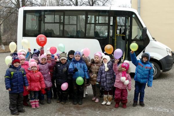 Сенатор Максим Кавджарадзе подарил Добринскому детсаду новый автобус