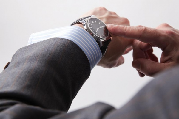 Липецкие работодатели пристально смотрят на наручные часы соискателей