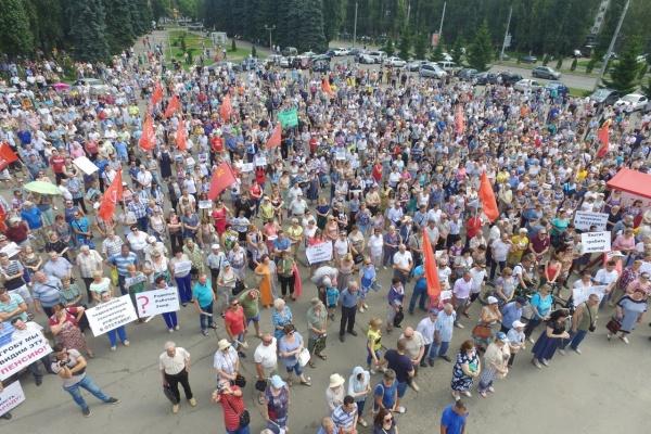На митинг против пенсионной реформе пришли 2 тыс. липчан и одна «смерть»
