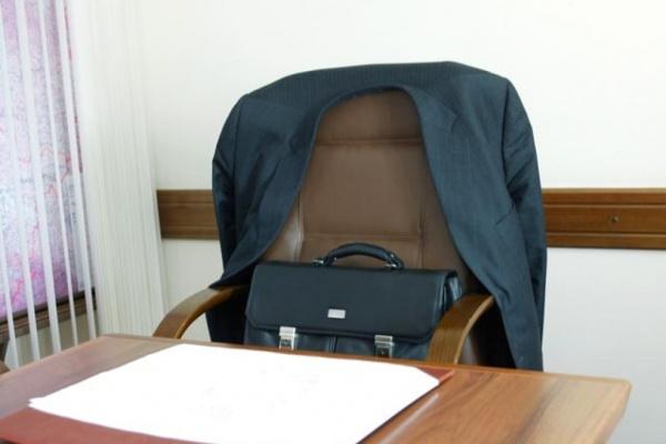 Новый начальник управления ЖКХ не может выйти на работу из-за неподписанных документов