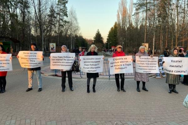 Липецкие коммунисты продолжают пикетировать парк Победы