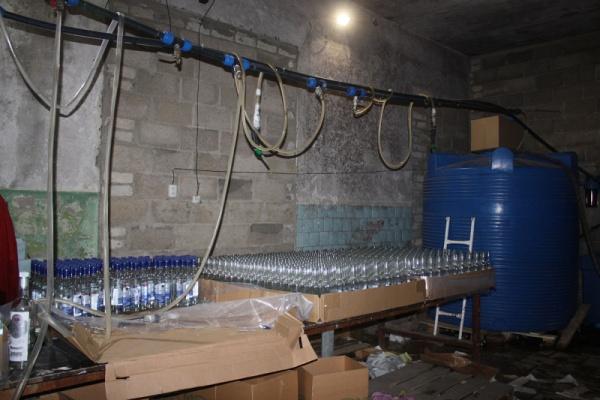 Липецкие силовики прикрыли деятельность подпольного цеха по производству знаменитых марок водки и коньяка