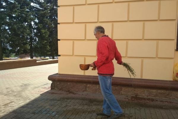 Липецкий общественник «освятил» здание областной Администрации, изгоняя из него бесов