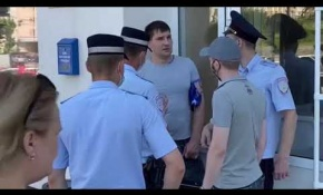 Embedded thumbnail for Задержание кандидата в депутаты Дмитрия Красичкова